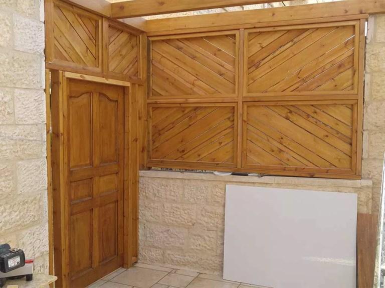שער מעץ כניסה לחצר מעבודת עץ כולל גדר מעץ ופרגולה