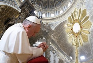 Pope_Francis_in_adoration