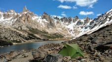 Lago Toncek e agulhas ao fundo. A mais alta é o Cerro Catedral