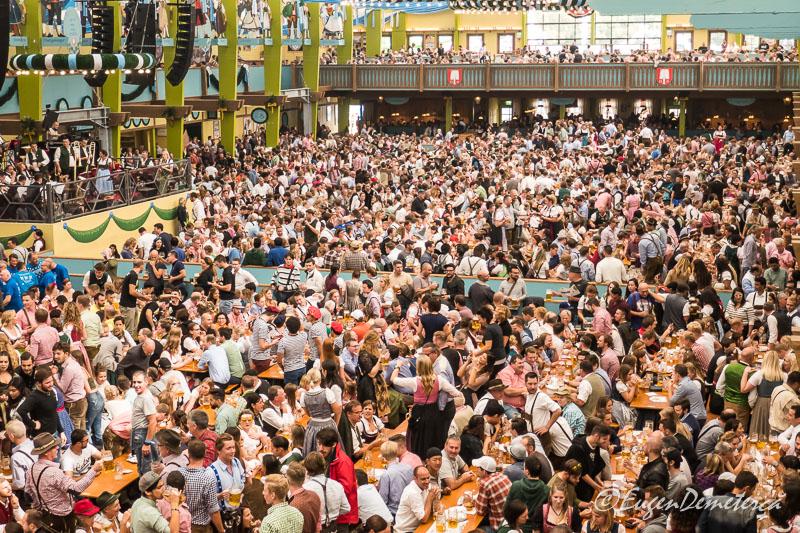Mii de oameni in cort la Oktoberfest