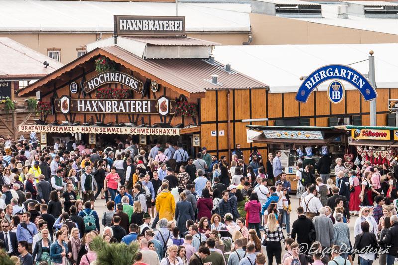 Strada plina de oameni la Oktoberfest