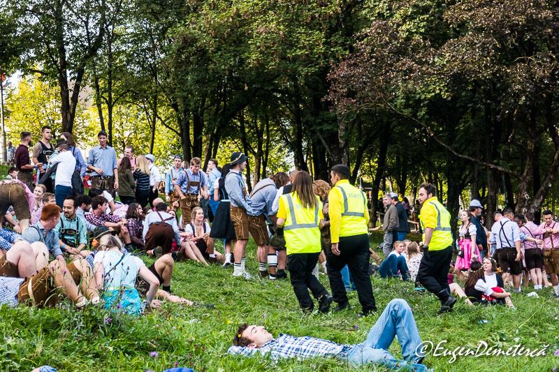 Echipa de ambulanta printre petrecaretii de la Oktoberfest 2