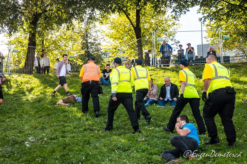 Echipa de ambulanta printre petrecaretii de la Oktoberfest
