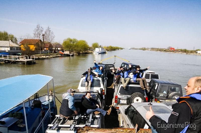 Masini 4x4 duse de bac pe Dunare