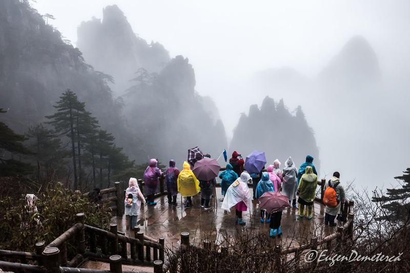 Huangshan - turisti pe ploaie