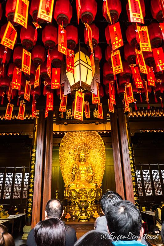 Shanghai - credinciosi la Templul lui Buddha de Jad