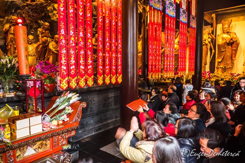 Shanghai - credinciosi la Templul lui Buddha de Jad 3
