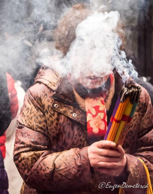 Shanghai - credincioasa arzand betisoare la Templul lui Buddha de Jad