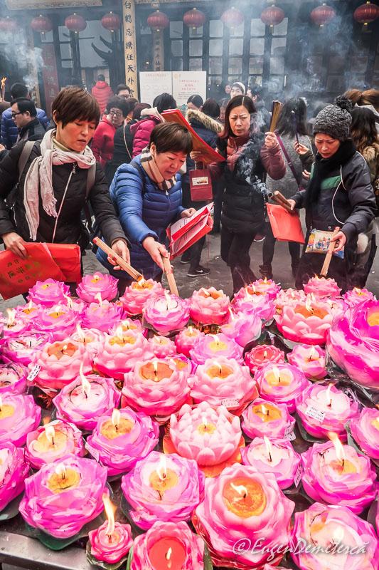 Shanghai - credinciosi arzand betisoare la Templul lui Buddha de Jad 2