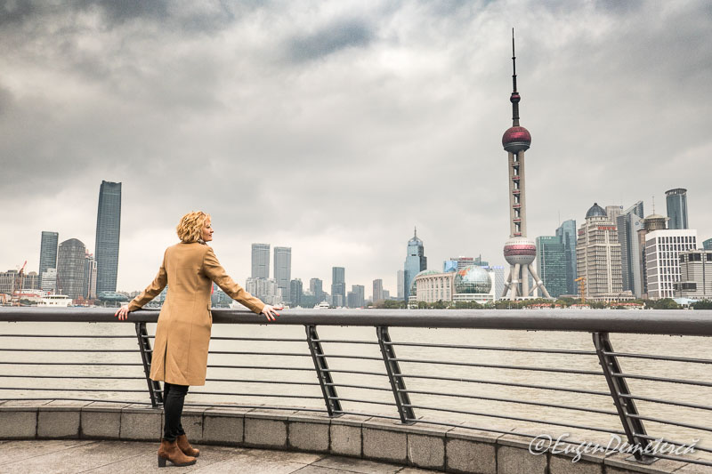 Shanghai - turista admirand zgarie nori vazuti de pe Bund