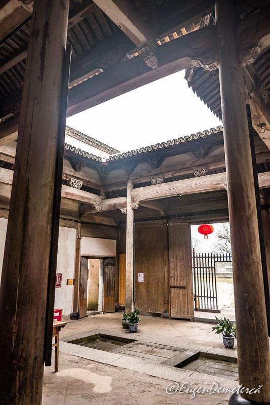 Academia Nanhu cu deschizatura in tavan si scurgere in podeaua de piatra