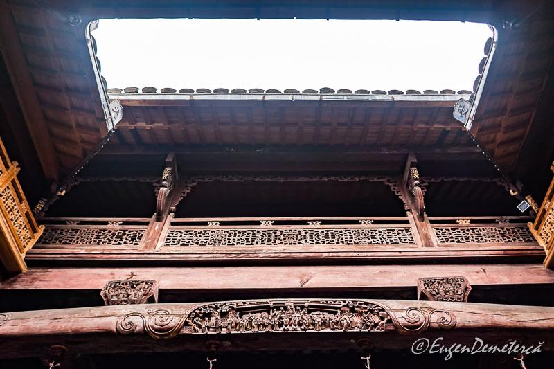 Coloane si grinzi sculptate casa Chengzhi