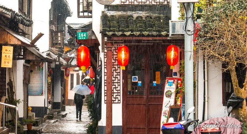 Ploaie pe strazile din Zhujiajiao