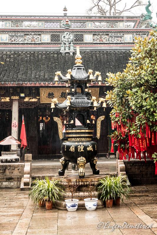 In curtea templului Yuanjin din Zhujiajiao