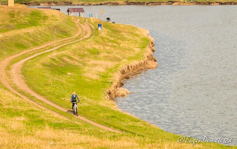 Valea Iazurilor - cu bicicleta pe mal