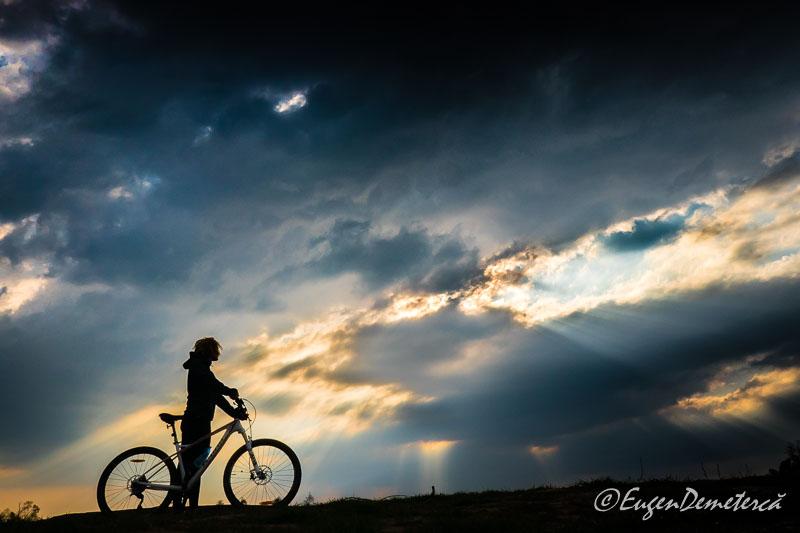 Valea Iazurilor - Biciclista cu nori si raze 2