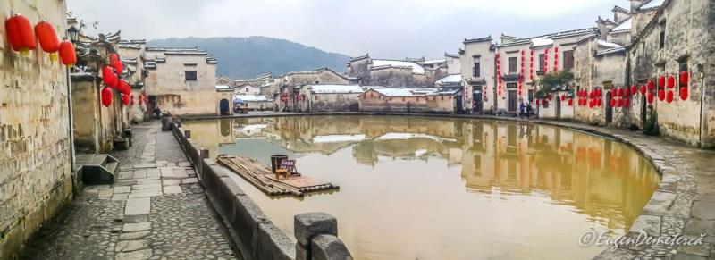 Lacul lunii in Hongcun cu pluta