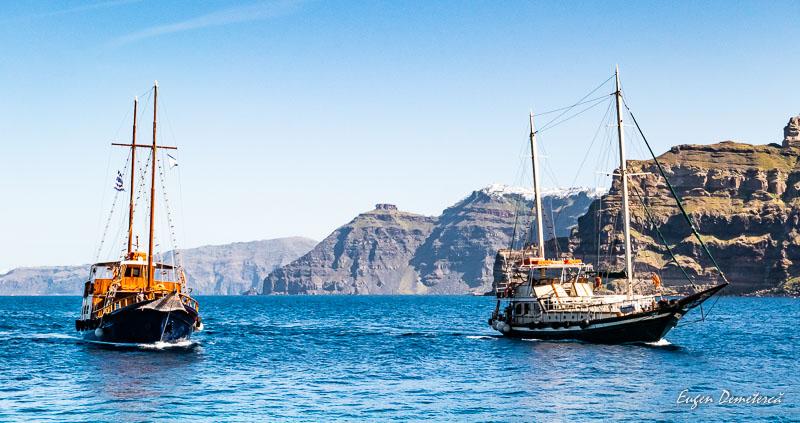 Corabii pe apele din Santorini