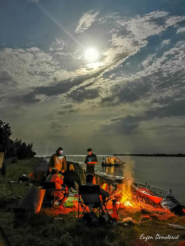 Foc pe Dunare la lumina lunii