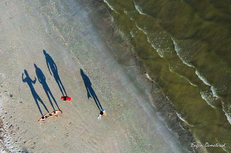 UMbre lungi pe plaja Grind Perisor