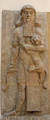 """Гильгамеш: Эта статуя была найдена во дворце Саргона II в Ассирии. Она была изготовлена примерно в 706 году до н.э. и называется """"Герой, одоляющий льва"""". Сейчас она находится в Лувре, Париж. Статуя достигает 5,52 метров в высоту - это рост, который приписывается Гильгамешу в шумерских писаниях. Саргон II поставил эту гигантскую фигуру к северу от тронного зала своего дворца, расположенного на северных берегах реки Тигр на территории современного Ирака."""