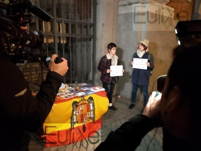 Almudena Puyo protesta a las afueras de la iglesia que recuerda y homenajea al dictador Franco en Madrid el 20N de 2018