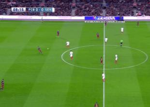 Como el Sevilla defendía la salida del Barça con Iborra al nivel de Gameiro, Busquets se situó entre centrales y mandó arriba a ambos laterales.