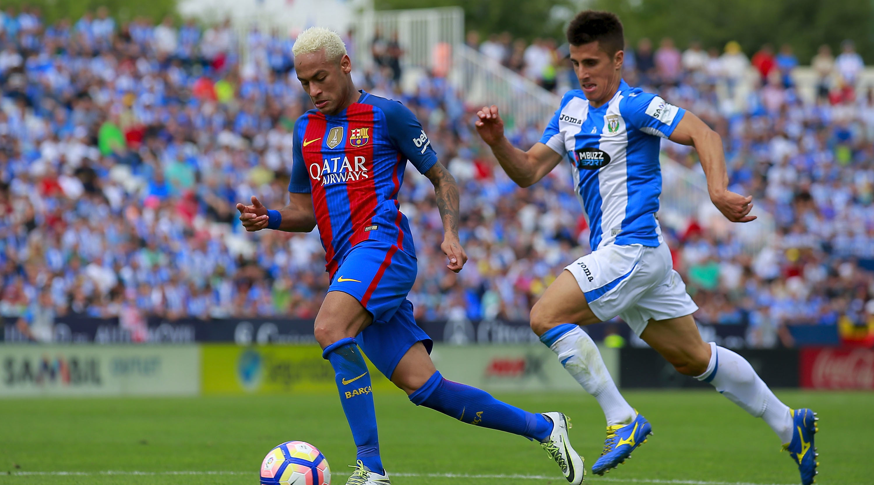 LEGANES, SPAIN - SEPTEMBER 17: Neymar JR. (L) of FC Barcelona competes for the ball with Unai Bustinza (R) of Deportivo Leganes during the La Liga match between Deportivo Leganes and FC Barcelona at Estadio Municipal de Butarque on September 17, 2016 in Leganes, Spain. (Photo by Gonzalo Arroyo Moreno/Getty Images)