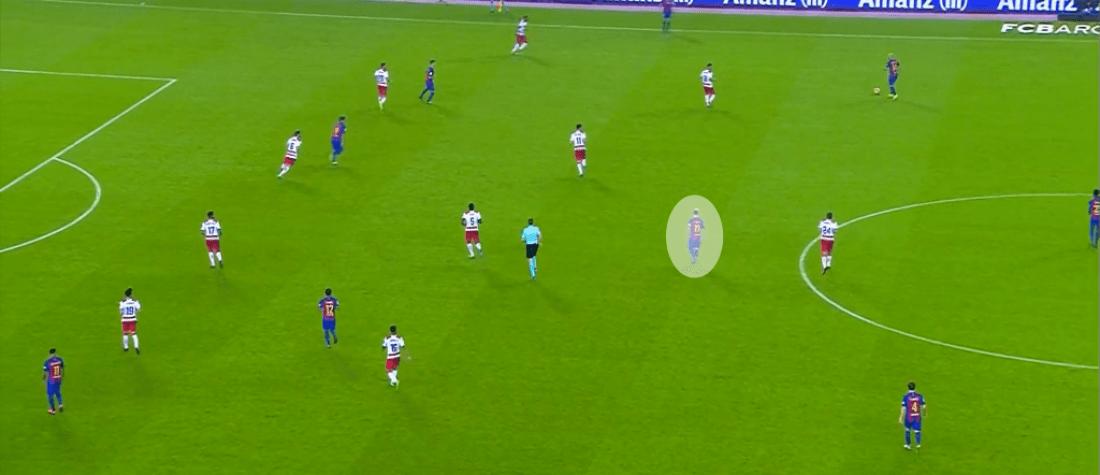La soledad de Messi en el mediocampo del Barça ante el Granada.