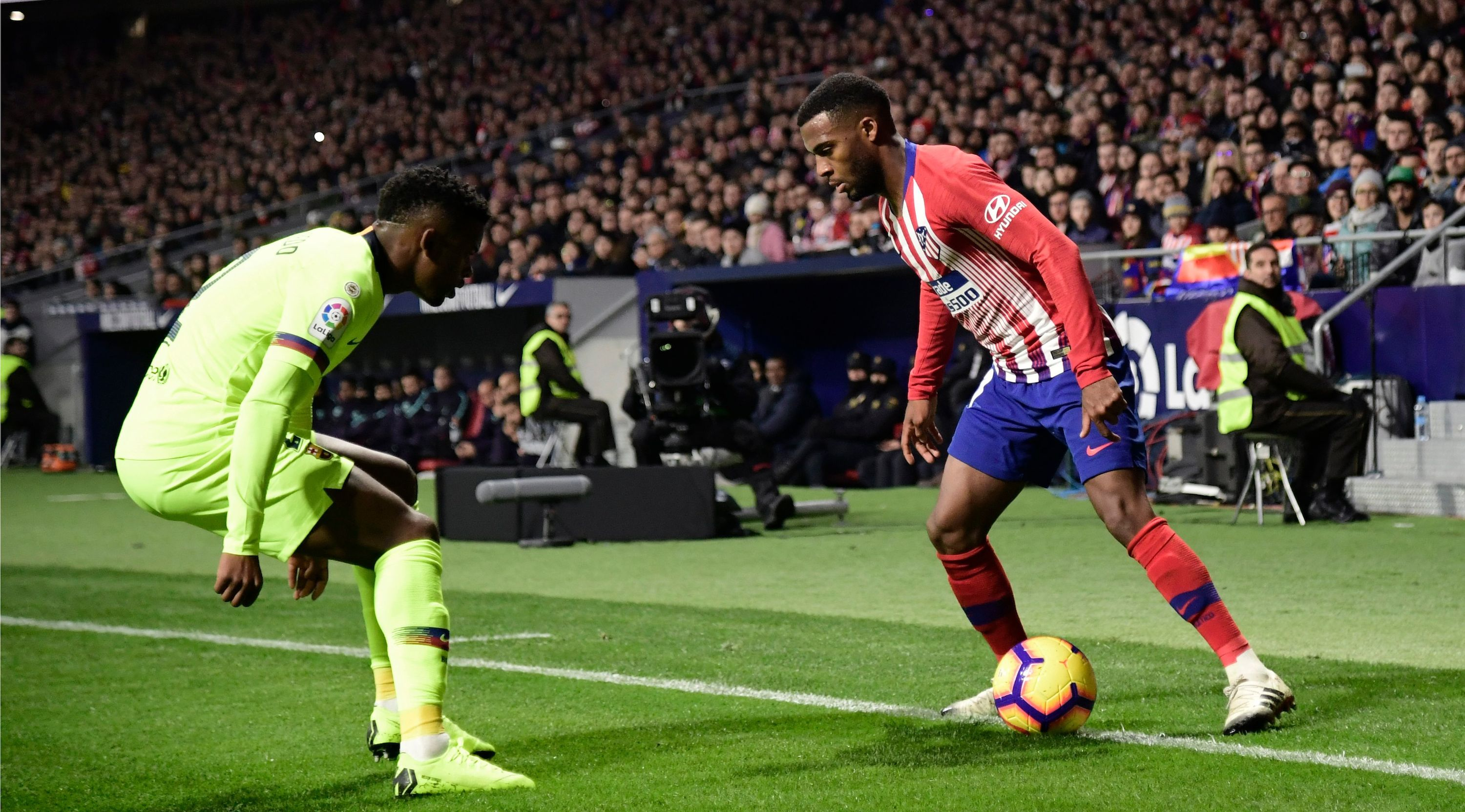Atletico Madrid's French midfielder Thomas Lemar (R) challenges Barcelona's Portuguese defender Nelson Semedo during the Spanish league football match between Club Atletico de Madrid and FC Barcelona at the Wanda Metropolitano stadium in Madrid on November 24, 2018. (Photo by JAVIER SORIANO / AFP) (Photo credit should read JAVIER SORIANO/AFP/Getty Images)