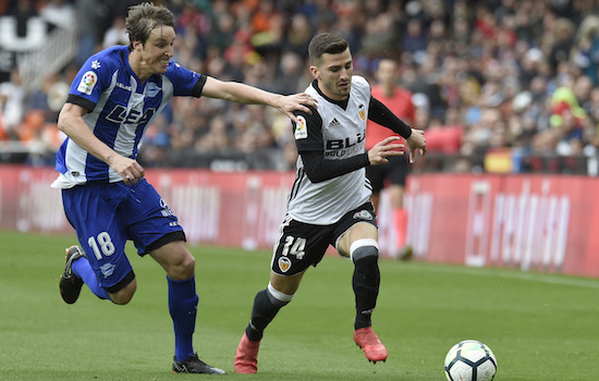 Deportivo Alaves' midfielder Pina (L) vies with Valencia's defender Jose Gaya during the Spanish League football match between Valencia CF and Deportivo Alaves at the Mestalla stadium in Valencia on March 17, 2018. / AFP PHOTO / JOSE JORDAN (Photo credit should read JOSE JORDAN/AFP/Getty Images)