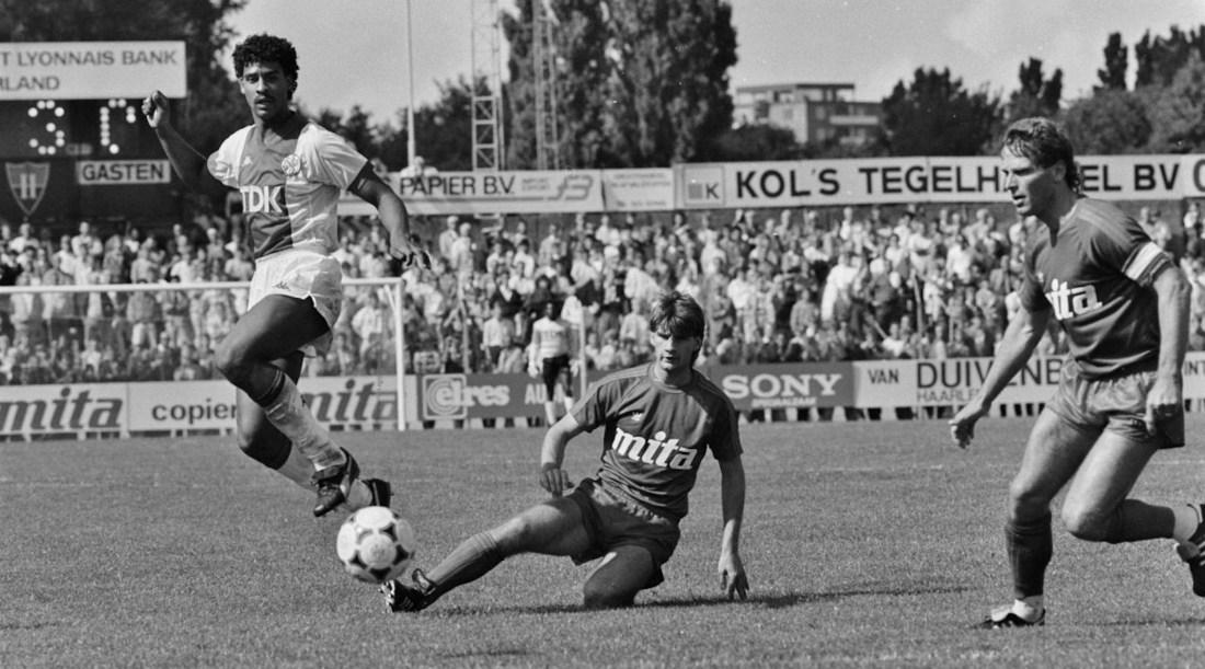 Haarlem-Ajax: 0-3; Frank Rijkaard (l) in duel met Haarlemse verdediging