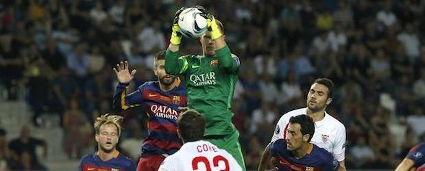 Ter Stegen se hace con un balón durante la Supercopa ante el Sevilla.