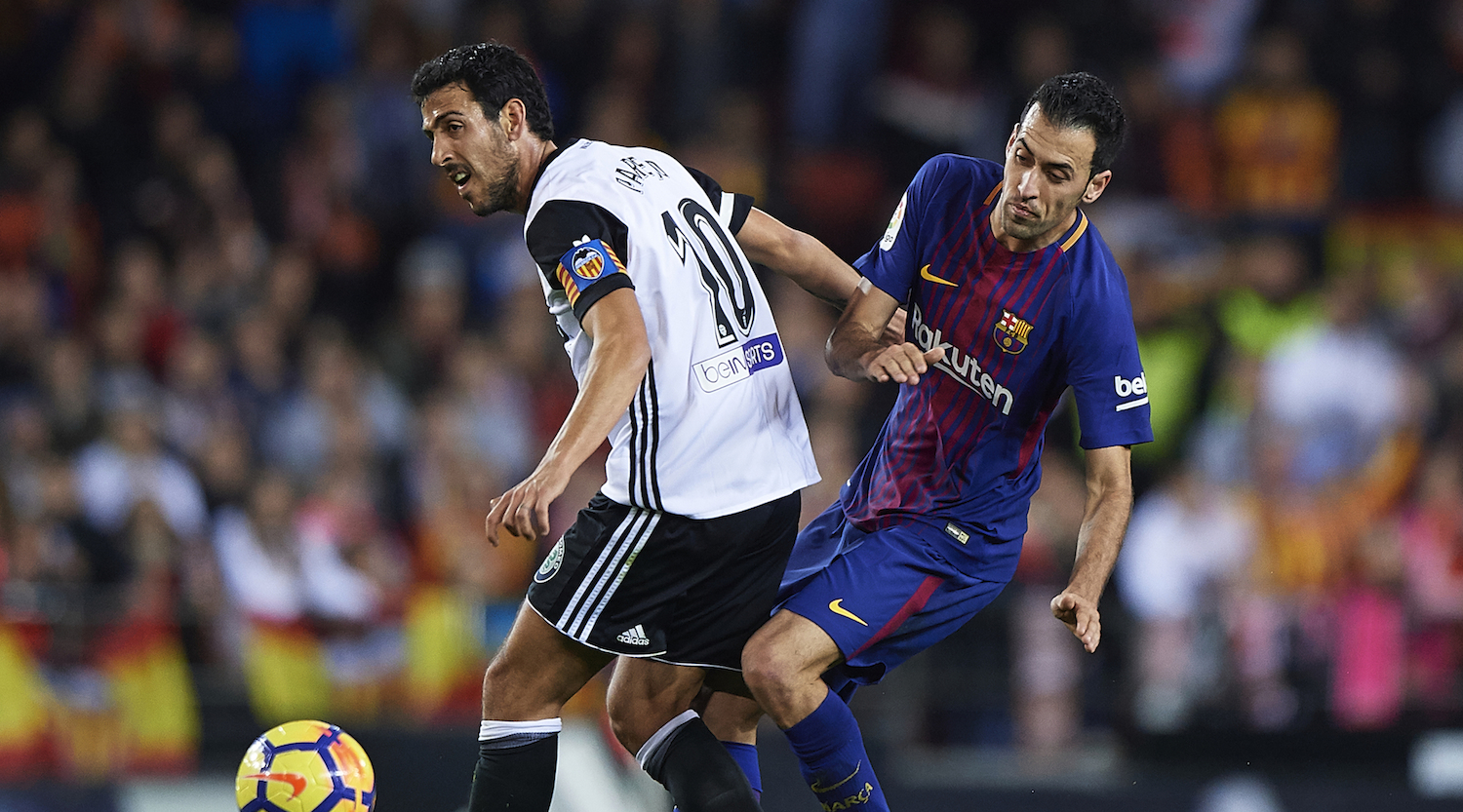 VALENCIA, SPAIN - NOVEMBER 26: Daniel Parejo (L) of Valencia competes for the ball with Sergio Busquets of Barcelona during the La Liga match between Valencia and Barcelona at Estadio Mestalla on November 26, 2017 in Valencia, Spain. (Photo by Fotopress/Getty Images)