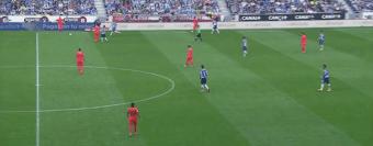 Con la salida de Rafinha del campo, con balón para el Barça Leo Messi y Alves se turnaron en la zona del interior derecho.