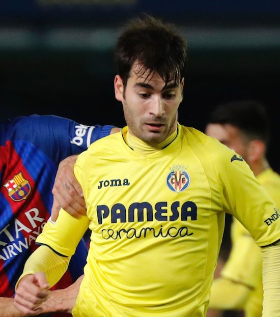 Barcelona's midfielder Sergio Busquets (L) vies with Villarreal's midfielder Manu Trigueros during the Spanish league football match Villarreal CF vs FC Barcelona at El Madrigal stadium in Vila-real on January 8, 2017. / AFP / JOSE JORDAN (Photo credit should read JOSE JORDAN/AFP/Getty Images)
