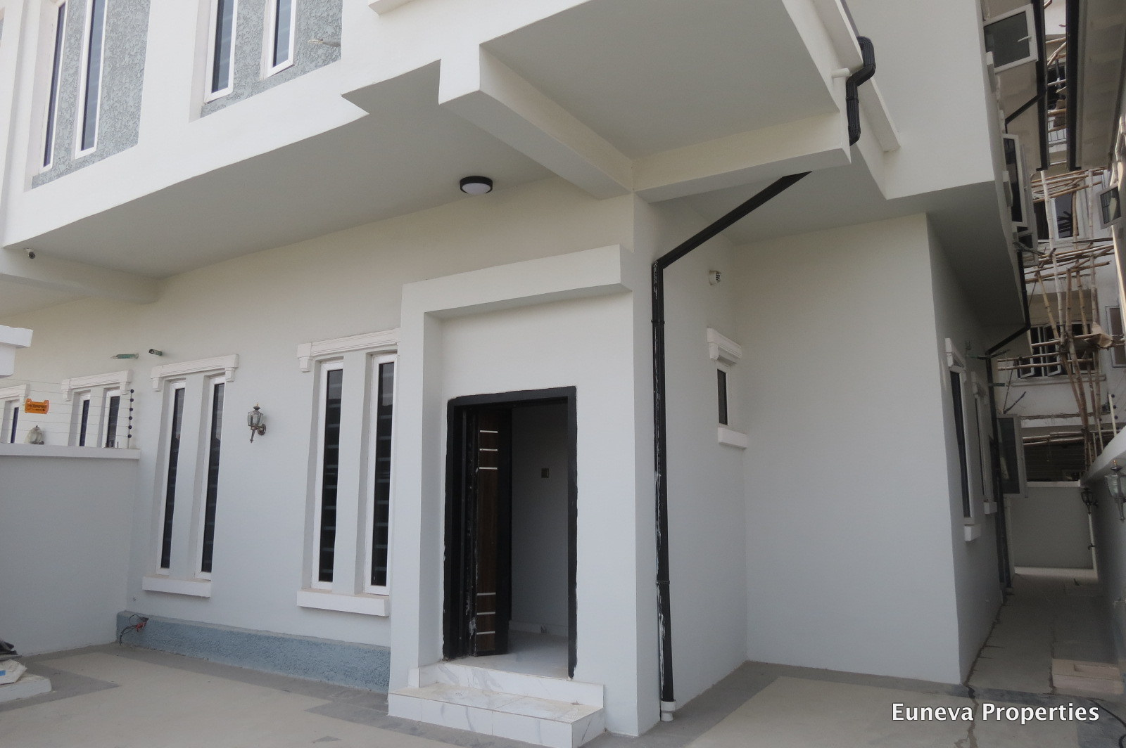 Lovely 4 Bedroom Semi Detached House in Chevy View, Chevron