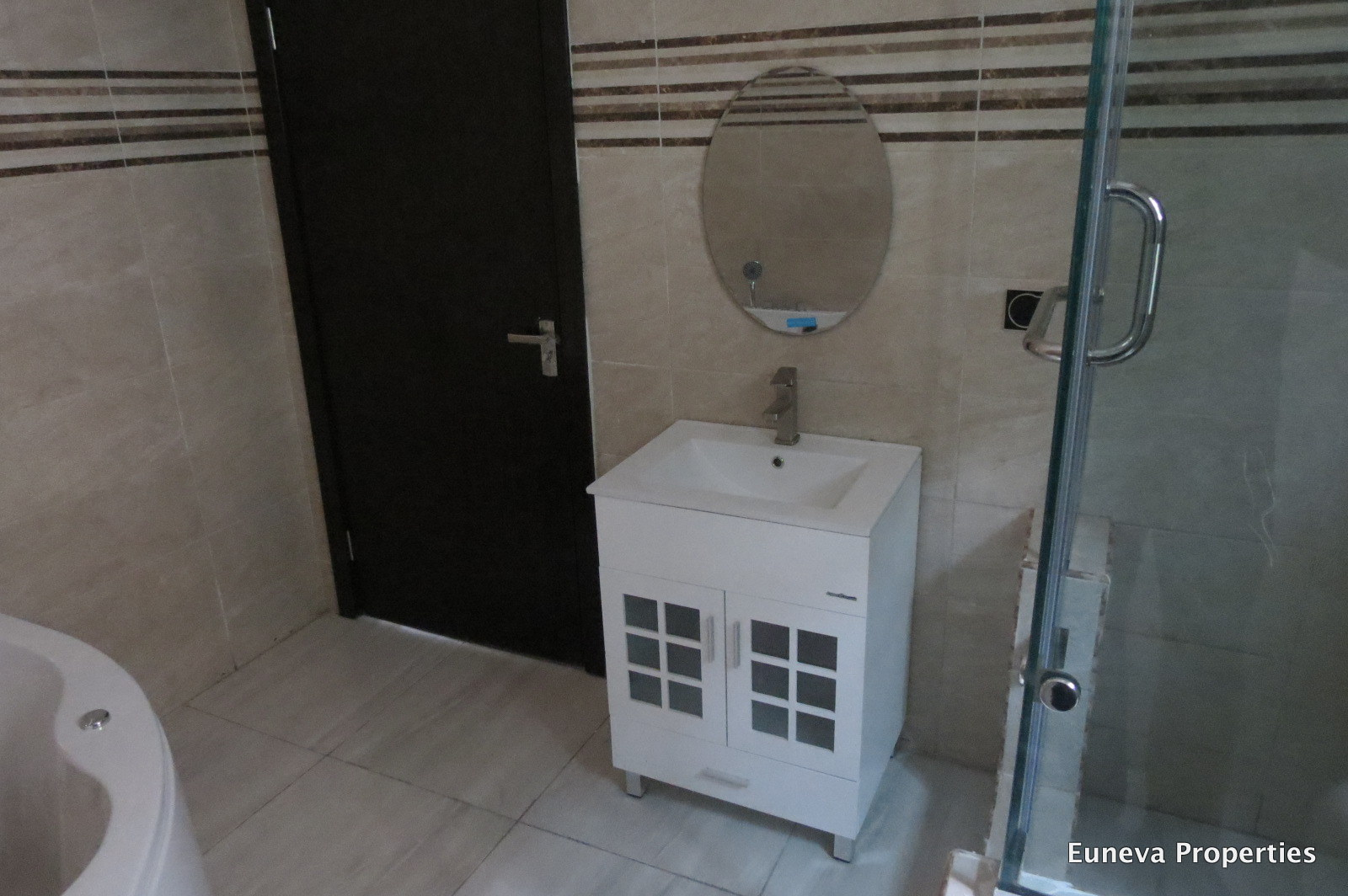Beautiful 4 Bedroom Detached House with a Fully Fitted Kitchen with BQ in a gated Estate in Chevron Lekki