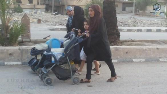 معاناة المدنيين في أحياء ديرالزور المحاصرة بنقل المياه من نهر الفرات لمنازلهم