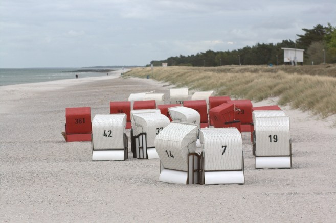 Ostsee. Kuschelnde Strandkörbe.