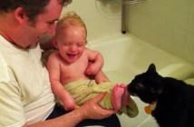 赤ちゃんの足をコチョコチョする猫