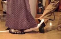 カーテンに隠れる猫