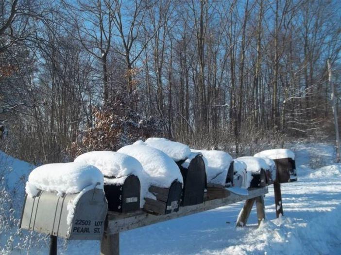 雪の積もる郵便受け