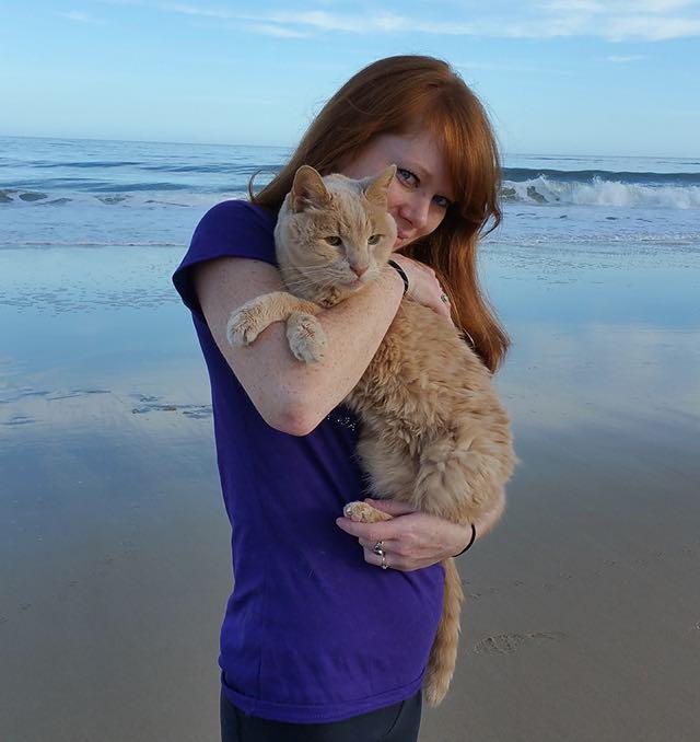 愛猫を抱く女性