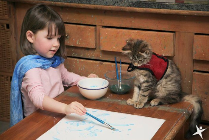 少女の絵を見守る猫
