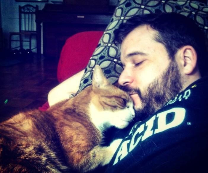 いっしょに眠る猫と飼い主さん