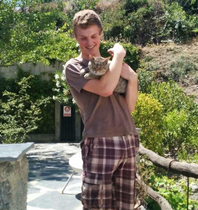 仲良しな猫と男性