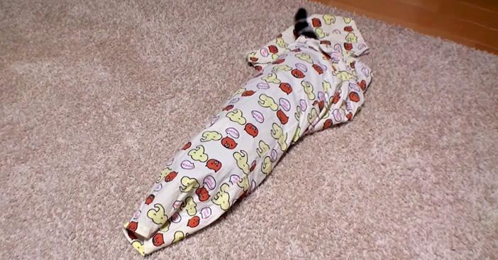 パジャマにすっぽりと入る子猫