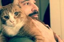 猫を抱きしめる男性