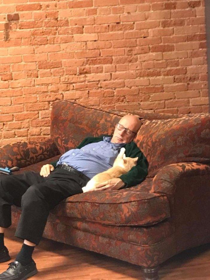 猫と眠るおじいちゃん